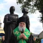 Епископ Николай освятил памятник Петру и Февронии в Советске